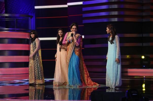 Bushra Ansari performing with the contestants (1)