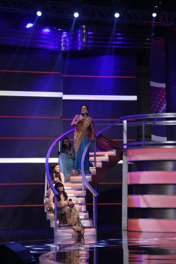 Bushra Ansari performing with the contestants (2)